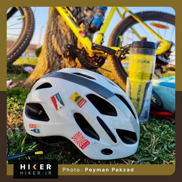 استیکر هایکر روی کلاه دوچرخه